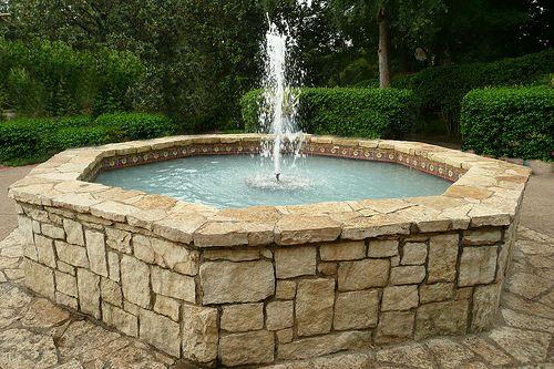 Градински фонтан